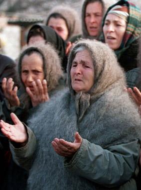 femmes priant le Notre Père